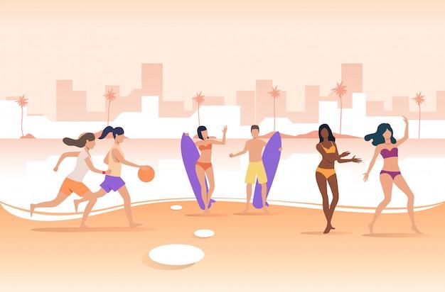 Personnes jouant avec ballon et tenant des planches de surf sur la plage de la ville Vecteur gratuit