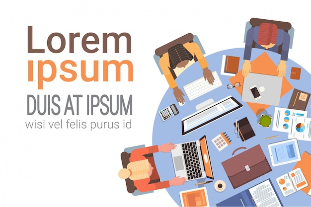 Personnes qui utilisent des ordinateurs businesspeople workplace desk top angle view teamwork Vecteur Premium