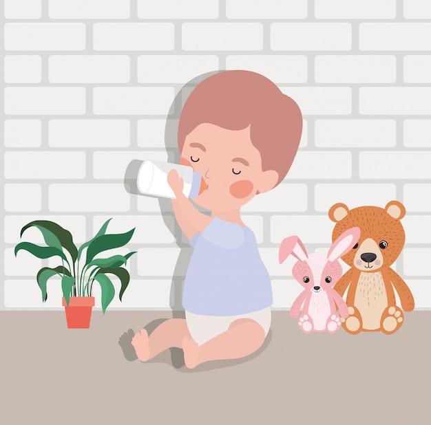 Petit bébé garçon avec du lait en bouteille et des peluches Vecteur gratuit