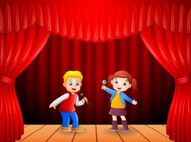 Petit Garçon Et Fille Chantant Avec Microphone à La Main Vecteur Premium