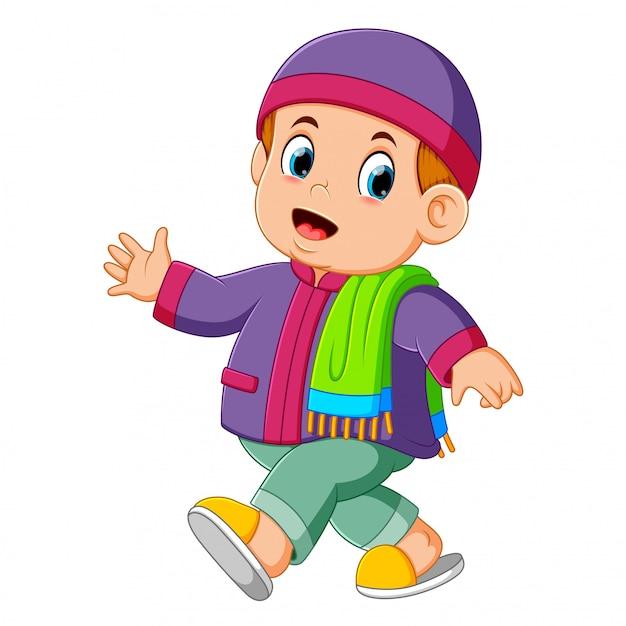 Un petit garçon utilise le caftan violet et marche Vecteur Premium