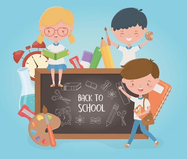 Petit groupe d'élèves avec un tableau et des fournitures scolaires Vecteur gratuit