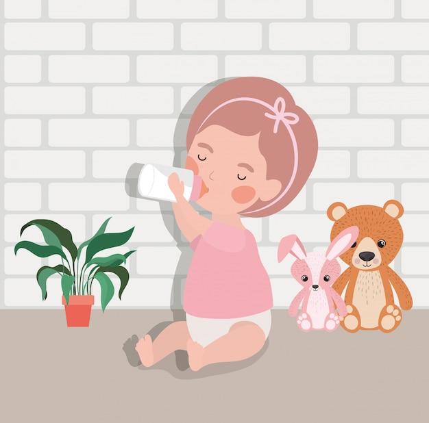 Petite fille au biberon de lait et personnage de jouets en peluche Vecteur gratuit