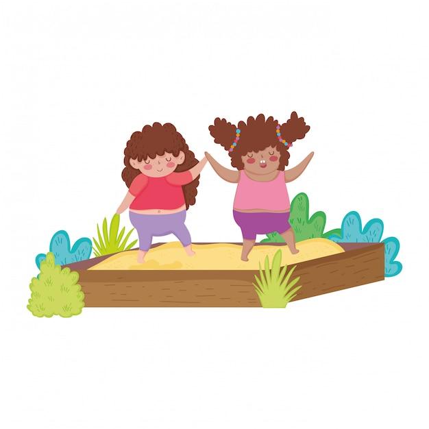 Petites filles potelées jouant dans un bac à sable Vecteur Premium