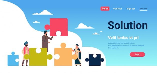 Peuple indien mettant des parties de puzzle problèmes solution concept indien homme femme travail d'équipe Vecteur Premium