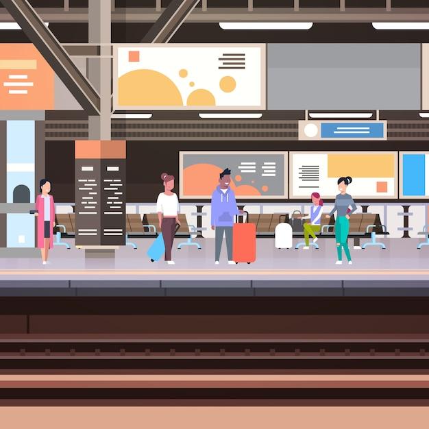Plate-forme de la gare avec des passagers en attente du concept de transport de départ de train Vecteur Premium