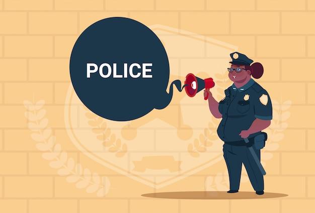 Une police afro-américaine planifie une action sur un tableau blanc portant l'uniforme de la garde féminine sur fond de briques bleues Vecteur Premium