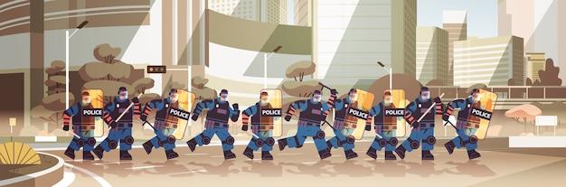 Des Policiers Avec Des Boucliers Et Des Matraques Agents De Police Anti-émeute Debout Ensemble Manifestants Manifestations Contrôle Concept Paysage Urbain Horizontal Vecteur Premium