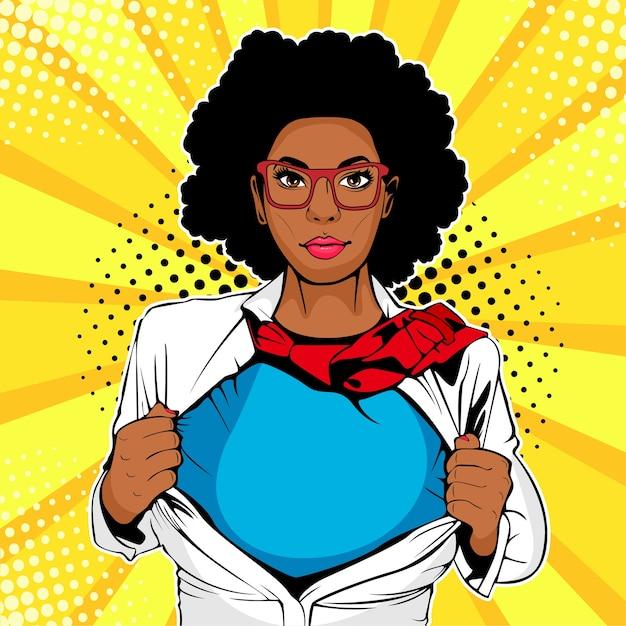 Pop art femme afro-américaine avec t-shirt super héros Vecteur Premium