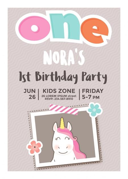 Première invitation d'anniversaire pour les filles avec cadre photo Vecteur Premium