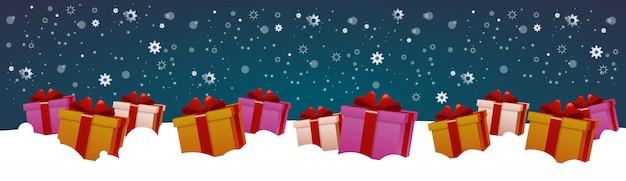 Présenter des boîtes dans la neige vacances d'hiver décoration design bannière horizontale Vecteur Premium