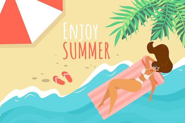 Profitez de l'été bannière horizontale, jeune femme en bikini blanc se détendre sur la plage de sable Vecteur Premium