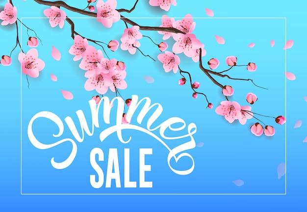 Publicité saisonnière de vente d'été avec brindille de sakura sur fond bleu ciel. Vecteur gratuit