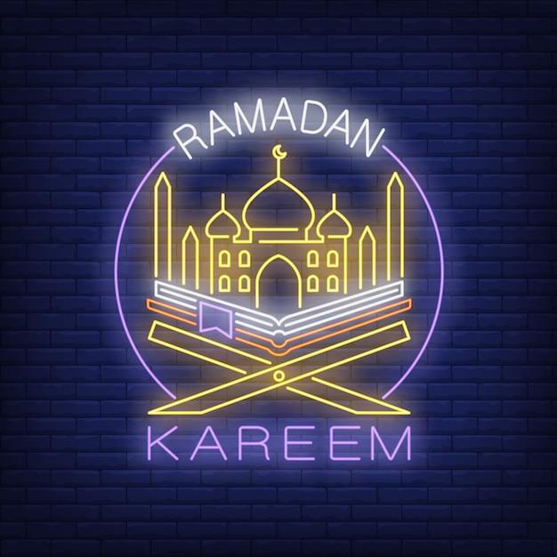 Ramadan kareem néon texte avec mosquée et coran en cercle Vecteur gratuit