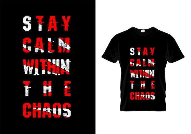 Restez calme dans le vecteur de conception de t-shirt de typographie du chaos Vecteur Premium