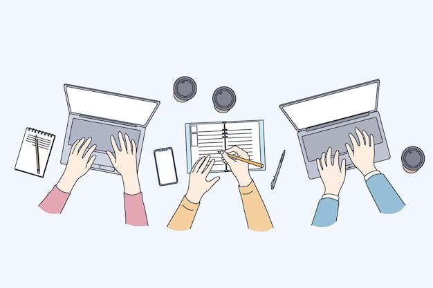 Réunion D'affaires Avec Illustration D'ordinateurs Portables, Vue De Dessus Vecteur Premium