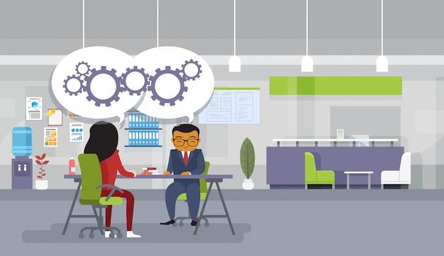 Réunion de remue-méninges des hommes d'affaires asiatiques assis au bureau discutent de nouvelles idées Vecteur Premium