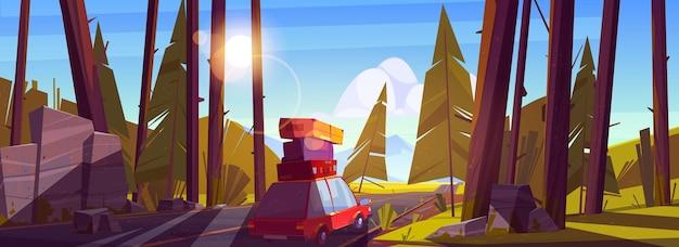 Road Trip En Voiture Pendant Les Vacances D'été, Les Vacances Voyagent En Automobile Avec Des Sacs Sur Le Toit Allant à L'autoroute Dans La Forêt Avec Des Arbres Pendant La Journée. Vecteur gratuit