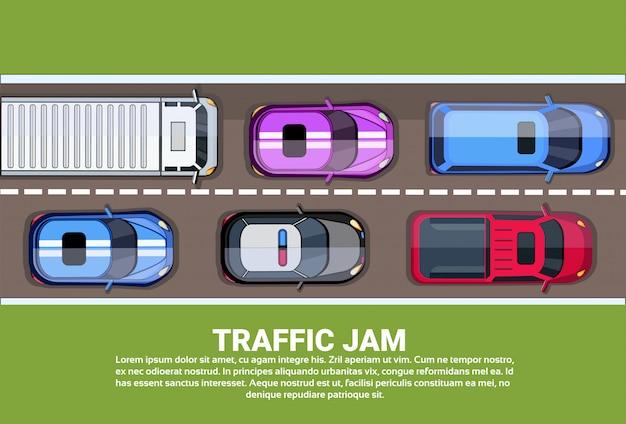 Route vue de dessus d'embouteillage ou autoroute pleine de différentes voitures et camions Vecteur Premium