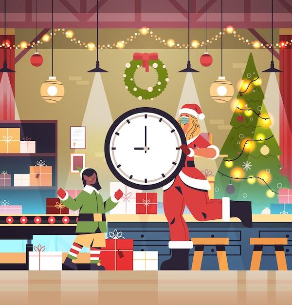 Santa, Femme, Tenue, Horloge, Girl, Elfe, Mettre, Cadeaux, Sur, Convoyeur, Nouvel An, Noël, Vacances, Célébration, Concept, Atelier, Intérieur, Pleine Longueur, Vecteur, Illustration Vecteur Premium