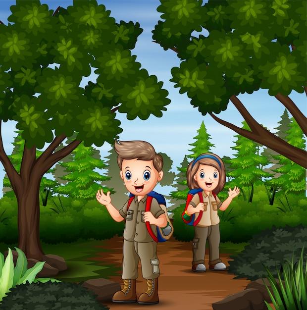 Scène Avec Deux Scouts En Randonnée Dans La Forêt Vecteur Premium