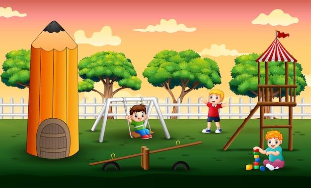 Scène Avec Des Enfants Jouant Dans Le Parc Vecteur Premium