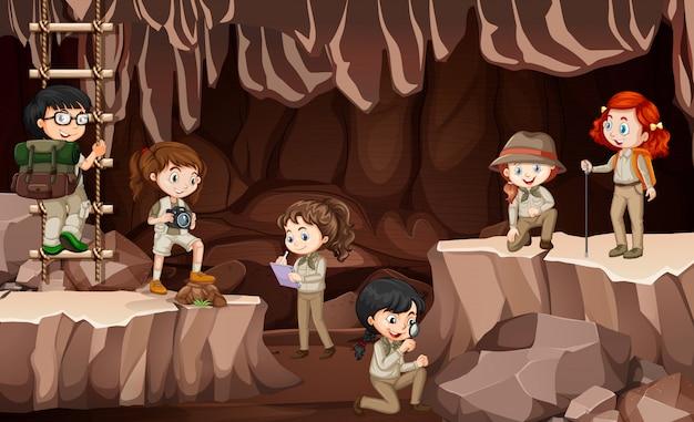 Scène Avec Un Groupe D'éclaireurs Explorant La Grotte Vecteur gratuit