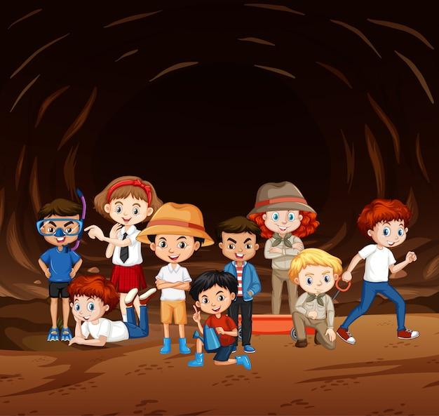 Scène Avec De Nombreux Enfants Explorant La Grotte Vecteur gratuit