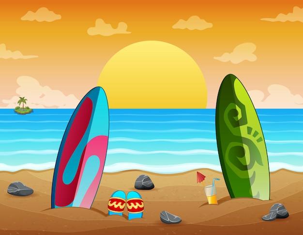 Scène De Plage Au Coucher Du Soleil De Vacances D'été Avec Des Planches De Surf Sur Le Sable Vecteur Premium