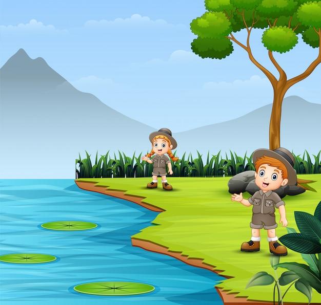 Scout enfants discutant et explorant dans la nature paysage Vecteur Premium