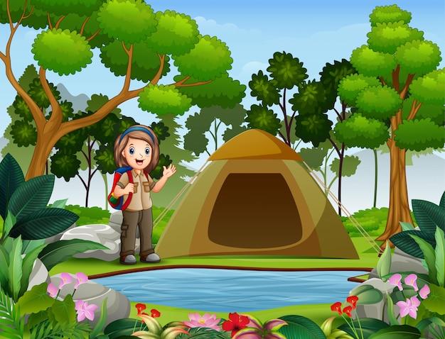 Scout girl on outdoor avec tente et sac à dos Vecteur Premium
