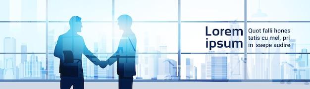 Secousse de main de deux hommes d'affaires silhouette Vecteur Premium