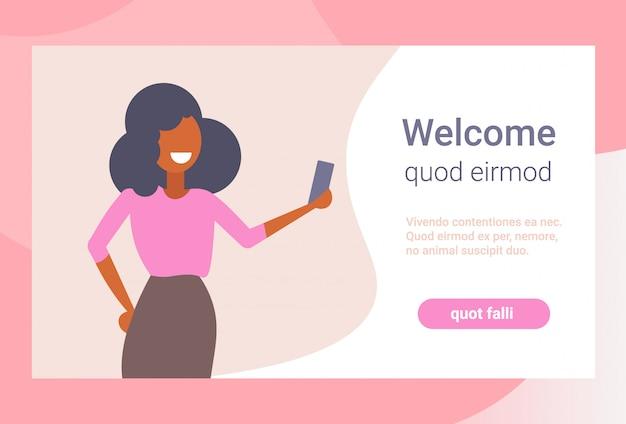 Selfie photo smartphone caméra heureux femme d'affaires femme d'affaires utilisant application mobile dessin animé personnage portrait plat isolé copie espace Vecteur Premium