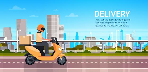 Service de livraison, scooter ou moto d'équitation d'homme-courrier avec colis sur un paysage urbain moderne Vecteur Premium