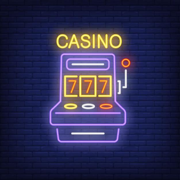 Signe néon coloré de casino. forme de machine à sous avec triple sept sur fond de mur de brique Vecteur gratuit