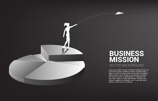 Silhouette de femme d'affaires jeter avion origami du haut du graphique à secteurs Vecteur Premium