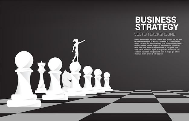 Silhouette De Femme D'affaires Pointe Avec Pièce D'échecs. Concept De Marketing De Stratégie D'entreprise. Vecteur Premium