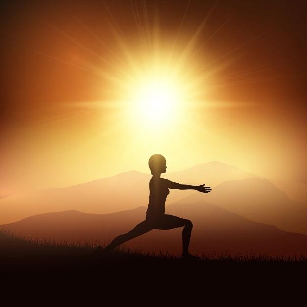 Silhouette d'une femme dans une position de yoga contre un coucher de soleil paysage Vecteur gratuit