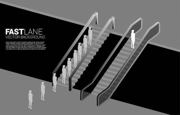 Une Silhouette D'homme D'affaires Avance Plus Vite Que Le Groupe Avec Escalator. Vecteur Premium