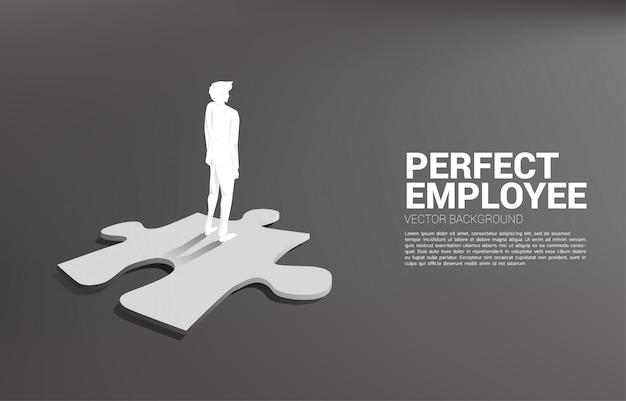 Silhouette d'homme d'affaires, debout sur le morceau de puzzle. Vecteur Premium