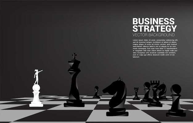 Silhouette d'homme d'affaires pointe avec pièce d'échecs. Vecteur Premium