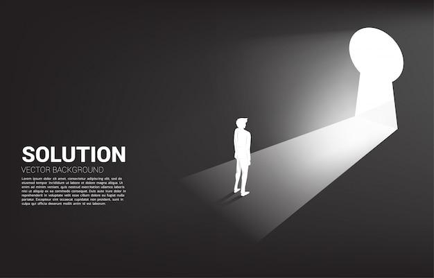 Silhouette d'homme d'affaires prêt à passer à la porte du trou de la clé. trouver la mission vision concept concept et objectif de l'entreprise Vecteur Premium