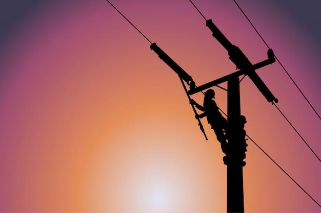 Silhouette de monteur de lignes électrique installer la couverture de conducteur. Vecteur Premium