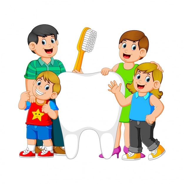 Sourire, parents, deux enfants, debout, à côté de, grand, dent blanche, tenue, brosse dent Vecteur Premium