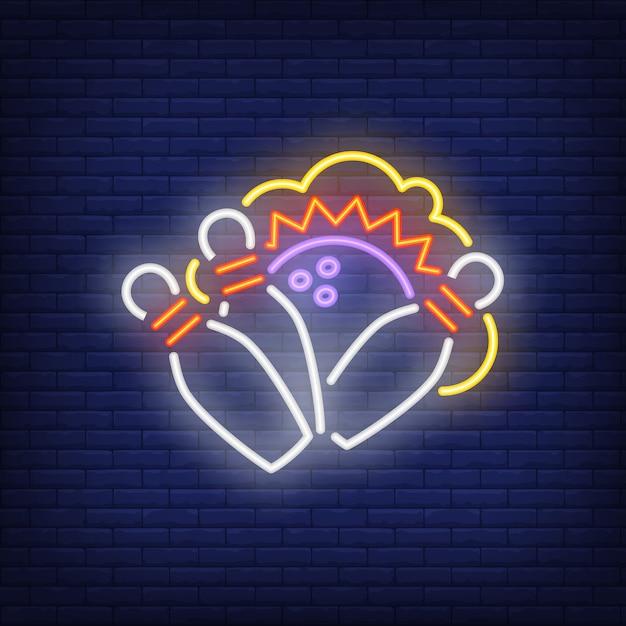 Strike néon avec bols et balle. publicité lumineuse de nuit. Vecteur gratuit