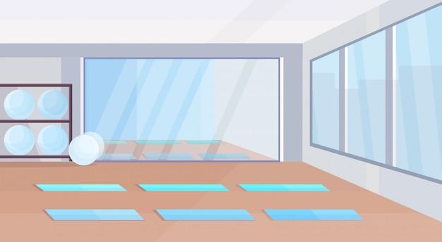 Studio De Yoga Concept De Mode De Vie Sain Vide Aucun Peuple Design D'intérieur De Gym Avec Des Tapis En Forme De Boules Miroir Et Fenêtres Horizontales Vecteur Premium