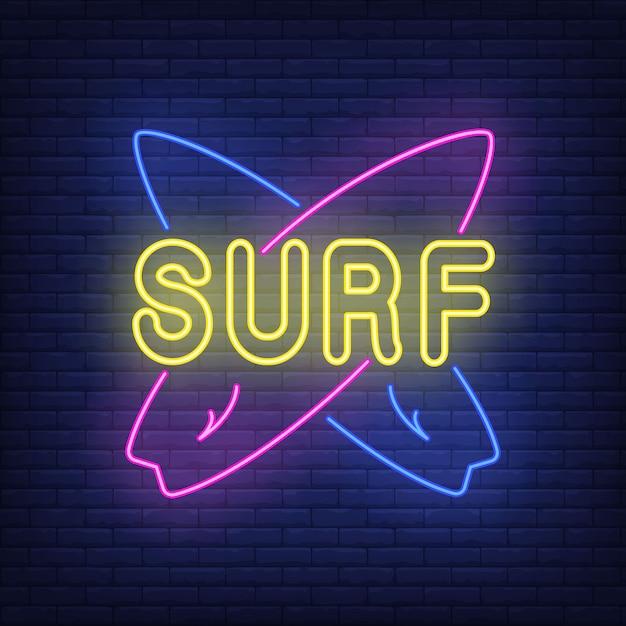 Surf lettrage au néon avec planches de surf croisées. surf, sport extrême, tourisme. Vecteur gratuit