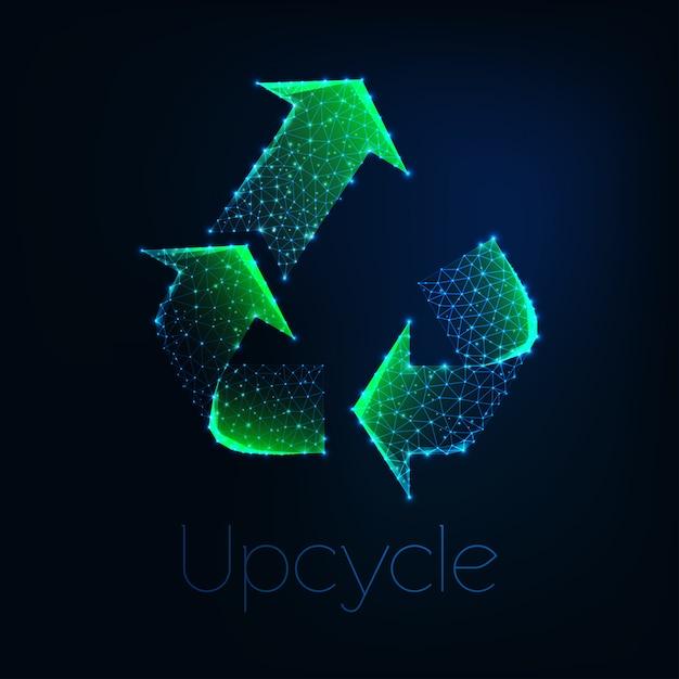 Symbole d'upcycle vert polygonale faible rougeoyante futuriste isolé sur fond bleu foncé. Vecteur Premium