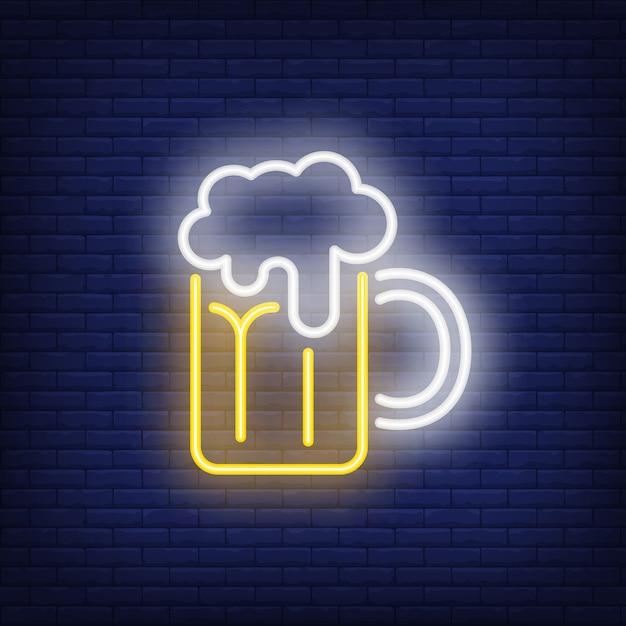 Tasse de bière avec de la mousse sur fond de brique. Illustration de style néon. Pub, bar, Oktoberfest Vecteur gratuit