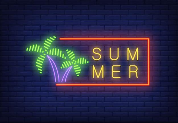 Texte néon de l'été dans le cadre et les palmiers. annonce saisonnière d'offre ou de vente Vecteur gratuit